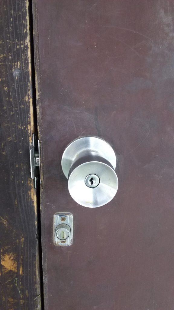 淀川区のアパートの施錠された玄関ドア