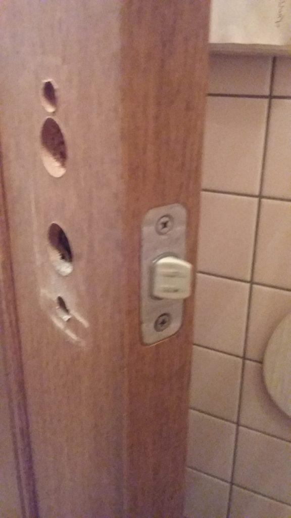 鍵を取り外したトイレの扉