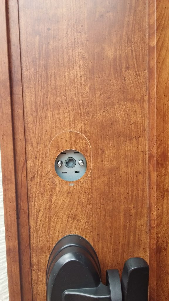 シリンダーを取り外した玄関扉
