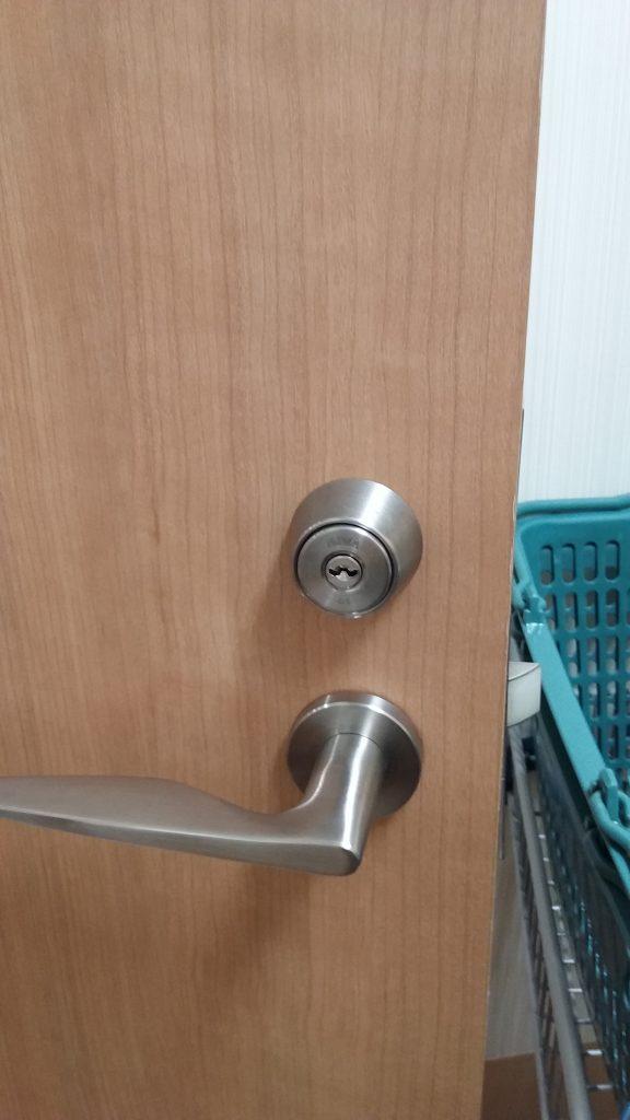 美和ロックのU9が付いた部屋の扉