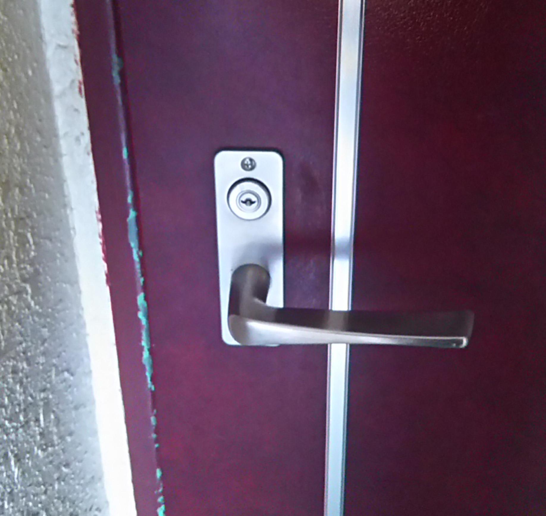 茨木市で鍵交換前のマンションの玄関ドア