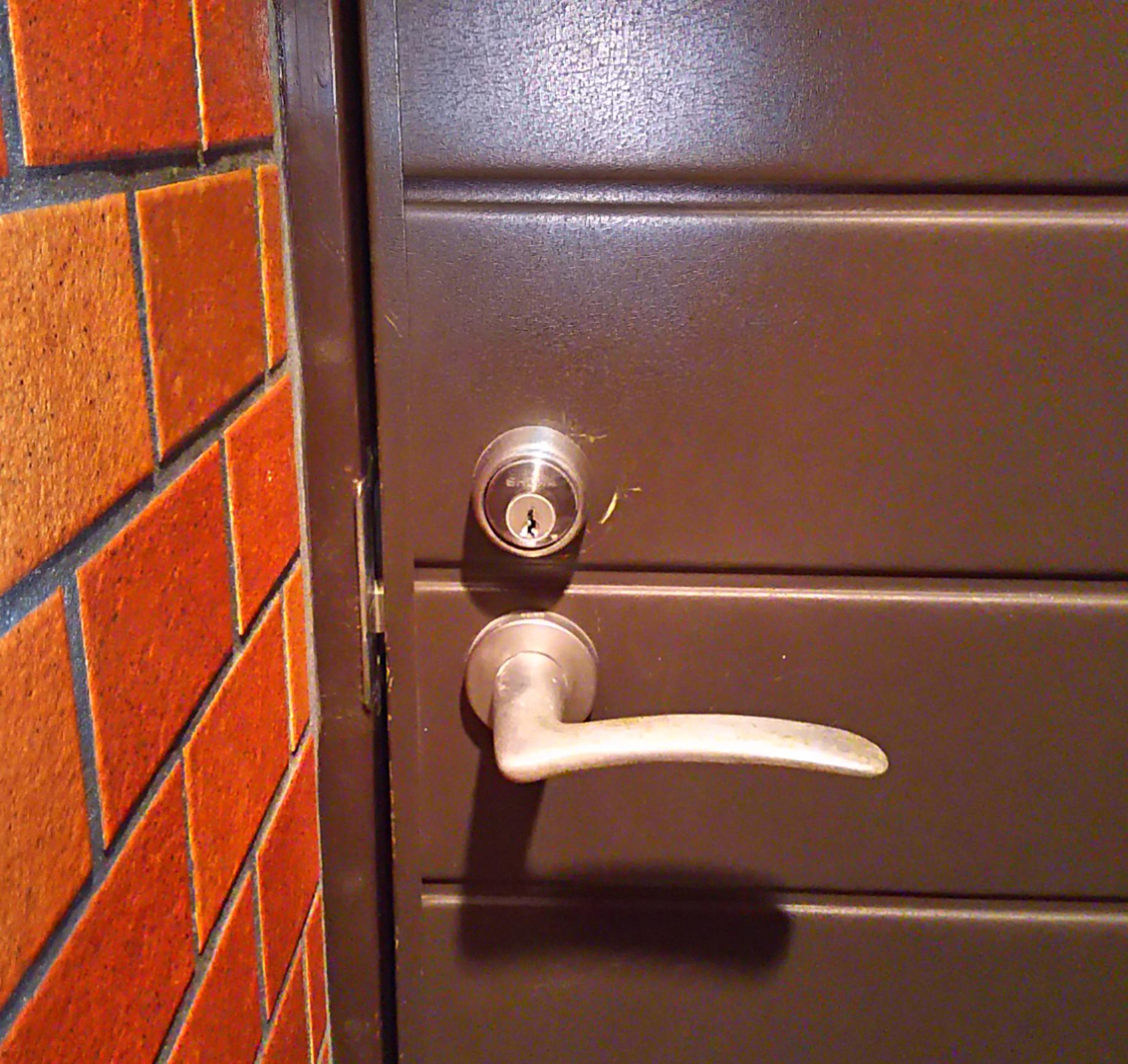 鍵がささらない玄関の扉