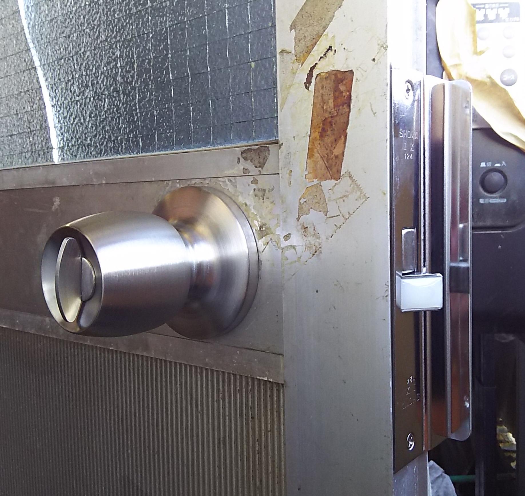 新しいドアノブに交換した勝手口のドア