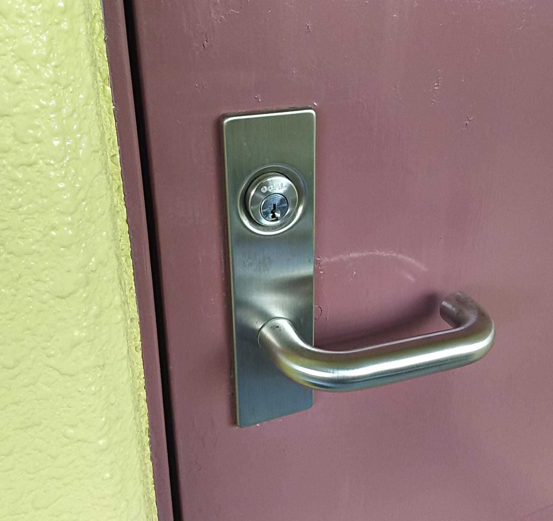 施錠された玄関扉