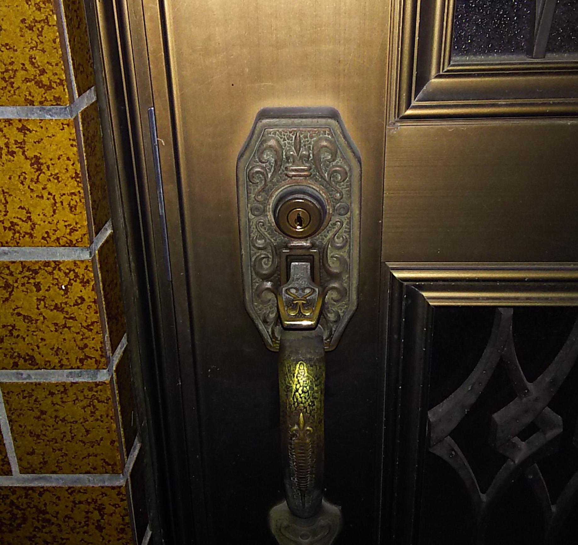 サムラッチ錠が付いた玄関ドア
