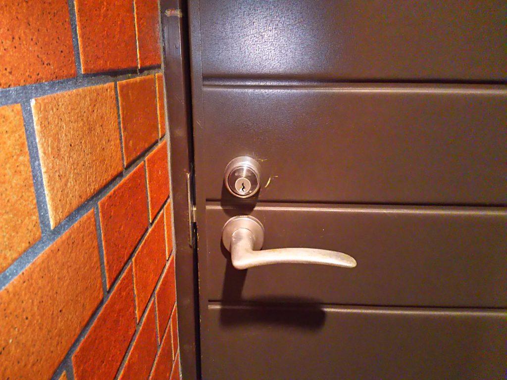 鍵の修理で開けられるようになった玄関の扉