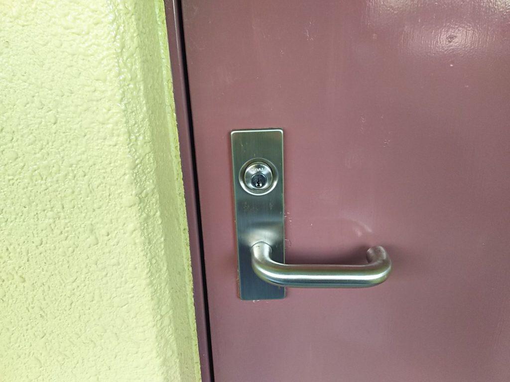 解錠された大阪狭山市のマンションの玄関扉