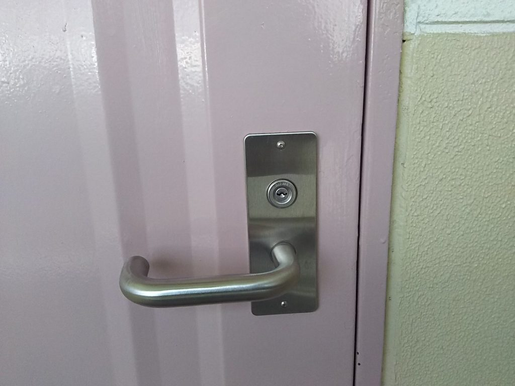 施錠されたマンションの玄関ドア