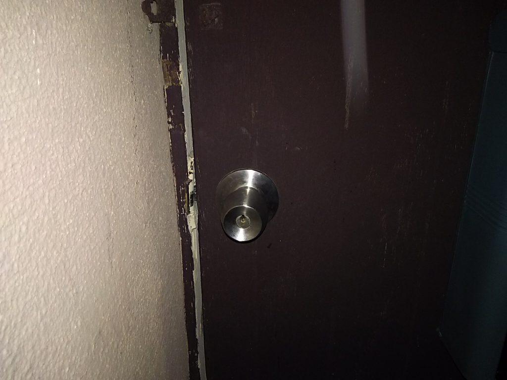 鍵を閉じ込めて開けられなくなった玄関扉